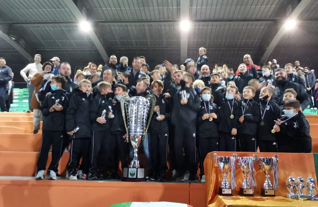 XIV GRAN GALA' DELLA SCUOLA CALCIO – La prima volta della Sisport: i bianconeri alzano al cielo la Coppa!